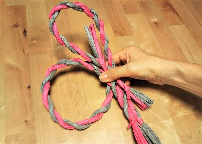 しめ縄用のペーパーラフィアを2本使って好きなように輪を二つ作り、しめ縄の土台の形を作ります。