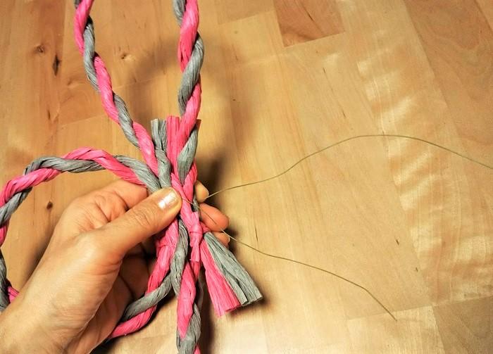 しめ縄の土台の形がくずれないように、ワイヤーをきつく巻いて固定します。