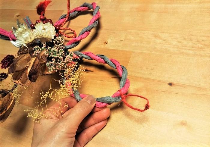 飾る時のために麻紐などで輪を作っておきましょう。