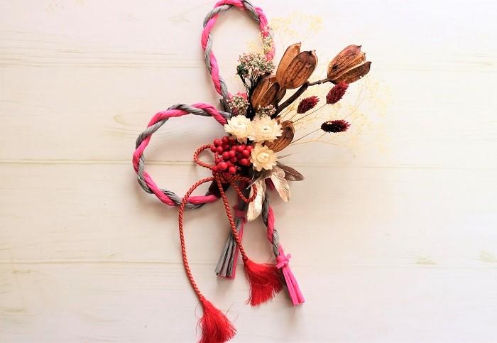 ドライフラワーを使った簡単しめ縄飾りの完成です。