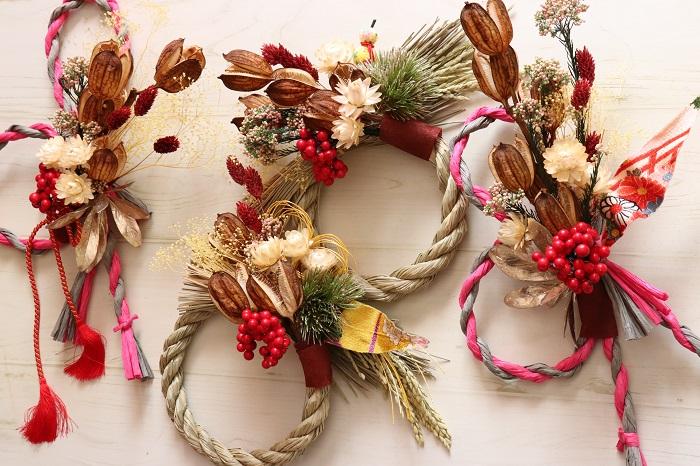 ドライフラワーを使ってこの写真のようなしめ縄のお飾りを作っていきます。