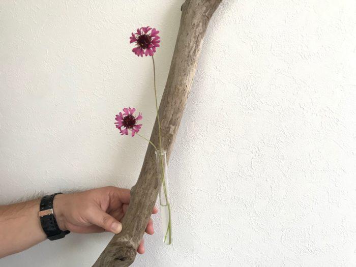 流木は一本一本の長さや形が違い、インテリアとしても人気のアイテムです。DIYで一輪挿しを作ったり、壁掛けにしたり、くぼみがある流木は土を入れて球根や多肉植物などを植えて植木鉢として使用しても素敵です。枝が分かれた流木などはその形をいかしてハンガーにしたり帽子掛けにしたりとアイデアしだいで色々なインテリアとして生まれ変わりる万能な素材です。  今回は私が海で拾った流木を使ってシンプルな一輪挿しを作ってみたいと思います。