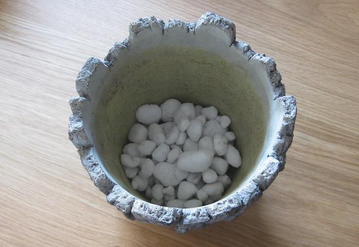 球根の植え方を紹介します。  まず、好みの鉢の底に鉢底ネットを敷き、鉢底石を鉢の底が隠れる程度入れます。