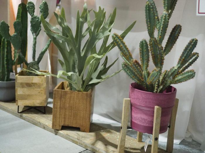 植物だけでなく、飾る器の出店も。木製の化粧鉢や、鉢置台、アイアン製品などを出品していたインテリア雑貨メーカーのポッシュリビングさん。
