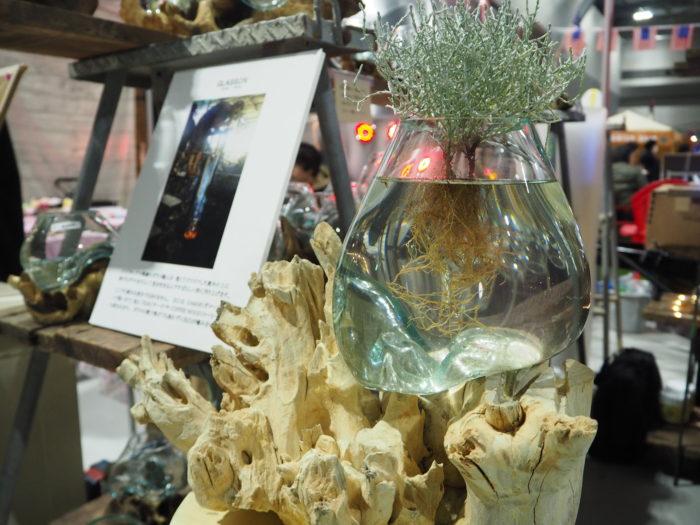 樹木にぐにゃりとガラス容器。雑貨・建材の輸入・卸販売を手掛けるBalic GARDENさんが出品したこちらの商品は、インドネシアの熟練のガラス職人が、樹木の上に熱々の溶けたガラスを垂らして作るそう。メダカを泳がせたり、水耕栽培で根っこが見えるのもインテリアのひとつとして楽しんだりと、新しい植物の楽しみ方ができそうです。