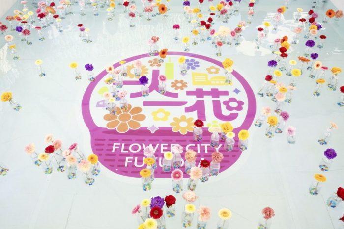 画像提供:福岡市一人一花推進課  一人一花運動とは、福岡市が進める、花でまちづくりを行う政策です!2018年1月からスタートした一人一花運動は、約2年で福岡の街並みを華やかに変貌させました!  一人一花運動がスタートしてから、福岡市民、団体、企業の方々に沢山の方々の参加や支援をもらい、福岡市内の沢山の場所で花づくりが行われています。福岡市内の公園や歩道の花壇など公共の場所をはじめ、国道、地下鉄の出入口、民有地など活動の場所は様々。市民や団体、企業の方々が思い思いの方法で参加しています。  この運動は、高島市長がアメリカ、ポートランドを訪れた際、花に溢れる街並みを見て感銘を受けたのがきっかけだそうです。一人一花運動はボランティア花壇、スポンサー花壇、パートナー花壇の制度を中心に様々な取り組みが行われています。今では約140もの企業、約800もの団体の参加により花づくりの環が広がり、天神界隈や博多駅周辺などの街中にもたくさんのお花が溢れ、華やかな街並みとなりました。※1 この花によるまちづくりの取り組み、一体どんなことが行われているのか、徹底解剖してみます!