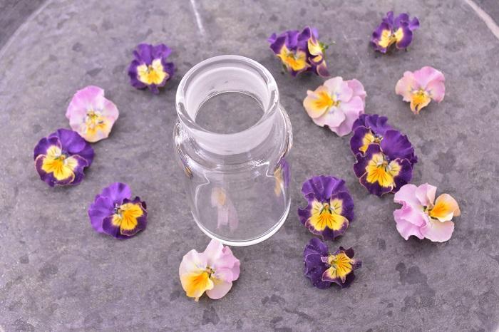 ボトルに入れるときのポイントは、ビオラの直径よりボトルの口の直径が広いものをセレクトすること。口が狭いボトルは、入れるときに花びらが崩れやすいのでおすすめできません。