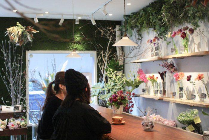 温かいコーヒーを飲みながら眺める沢山の花たち。こんなに贅沢で幸せな空間が他にあるでしょうか。仕事終わりには、お酒をたしなみながら店内の花に癒される。一週間頑張ったご褒美に贅沢な金曜の夜を過ごしたいならここ。新しい花屋のカタチです。