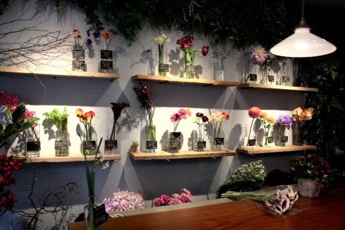 店内では、定期的に花のワークショップを行ったり、珍しいお酒を仕入れたり、さまざまなイベントを楽しむことができます。花を眺めるだけでなく、ワークショップに参加して花に癒される一日を過ごしてみてはいかがでしょうか?