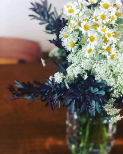 小花でまとめたあしらい。可愛らしく、色合いも素敵。