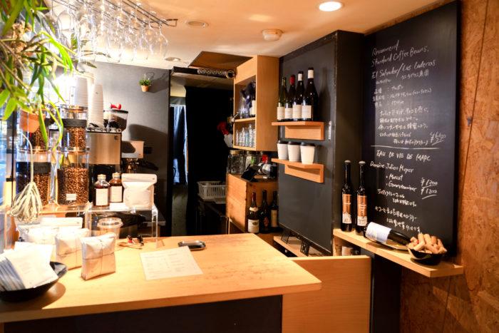 フランス語で「生成り」「自然のまま」を意味する店名。目利きのオーナーがセレクトした自然派ワインとスペシャルティコーヒーを展開しています。飲み心地のよい自由な感性のワインを求め、遠方から来店する人も多いんだとか。