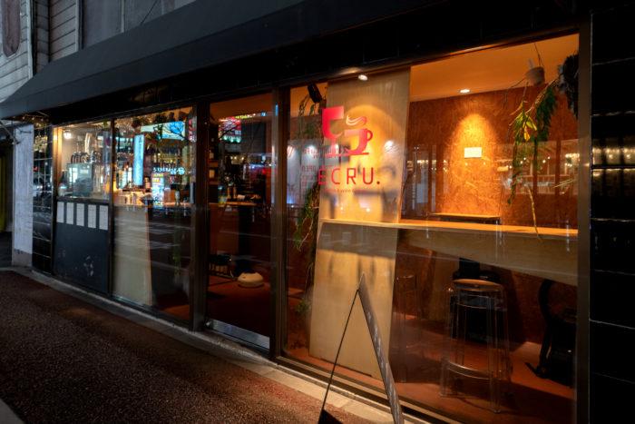 2010年にオープン。当時の福岡には自然派ワインを展開する店が少なく、全国各地から愛好家が足を運びました。10年経った現在も、開店当時から変わらない温かで優しい空間を提供しています。