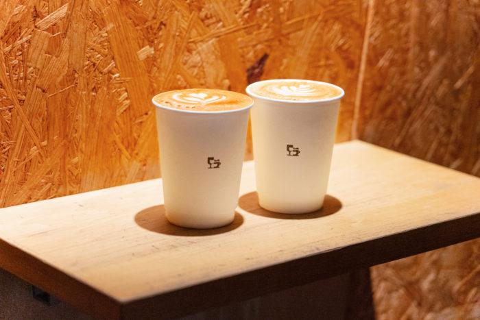 深い味わいが堪能できるストロングラテ(¥630)は人気メニューのひとつ。コーヒーは浅すぎず、深すぎずの焙煎度合いで、チョコ系の甘味を重要視した風味豊かなスペシャルティコーヒー。しっかりした口当たりとコーヒーオイルが多く含まれるアメリカーノ(エスプレッソのお湯割り)もおすすめです。