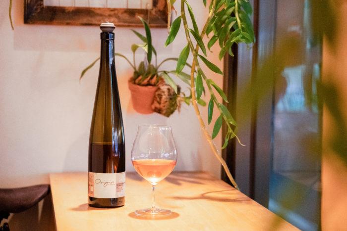 グラスワインは¥900〜。ラインナップは日々変わるため、出会えたワインには運命を感じてしまうことも。他にも、化学的な力に頼っていない、地球にやさしく身体に染み渡るワインを多く取り揃えています。