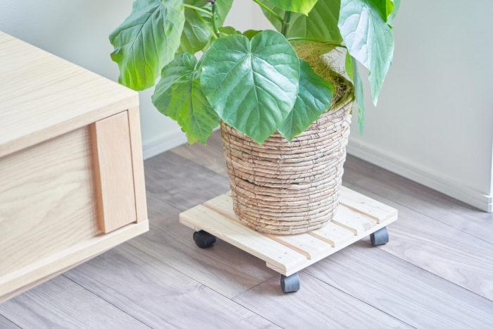 キャスター付きの鉢置きは掃除のときにとても便利。木のぬくもりが感じられる家具なら植物との相性も◎