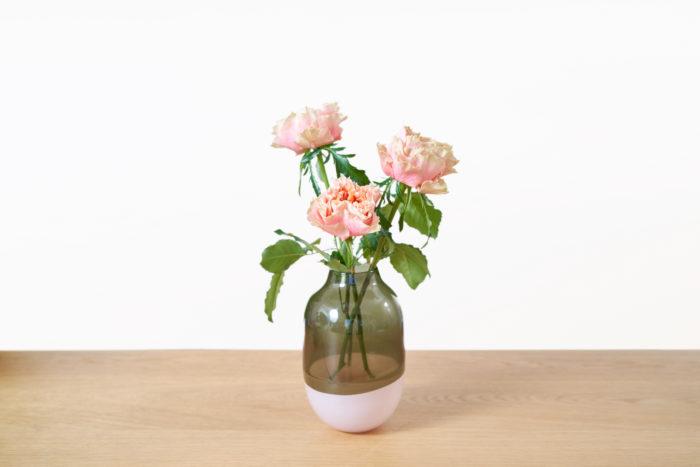 花びらが分厚く、咲き方が特徴的なファセット。形もデコボコとして、ユニークです。こちらは新しい品種で、2016年に登場したバラなんだとか。