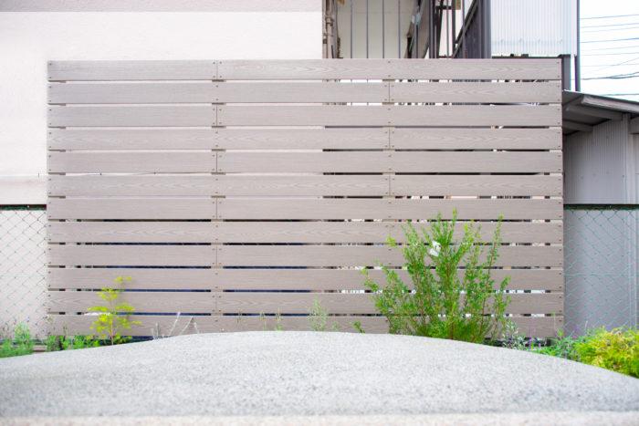 お庭の明るい雰囲気に合わせたナチュラルな色合いのフェンス。腐りにくく、色あせもしにくい素材なのでメンテナンスが楽ちん。お庭の明るい雰囲気に合わせたナチュラルな色合いのフェンス。腐りにくく、色あせもしにくい素材なのでメンテナンスが楽ちん。