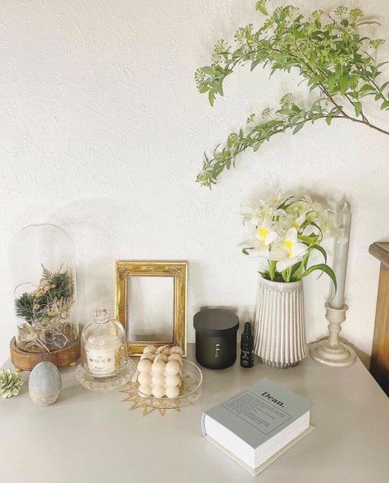 部屋のディスプレイを変えることで、気持ちも心機一転。清々しい気分になりますね。  インテリア雑貨はくすみカラーで統一することで植物がよく映えます。