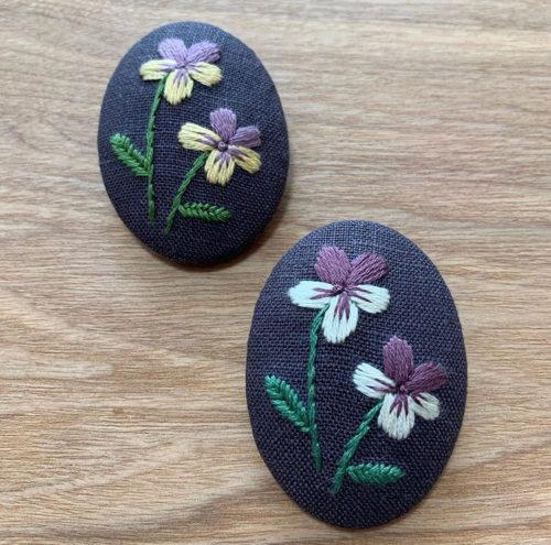 ダークプラムのリネンで作ったビオラの刺しゅうブローチ。夢中になる手作業は集中するので頭もスッキリ。刺繍は気分転換にもってこい。  これを機に刺繍を初めてみるのもいいですね。
