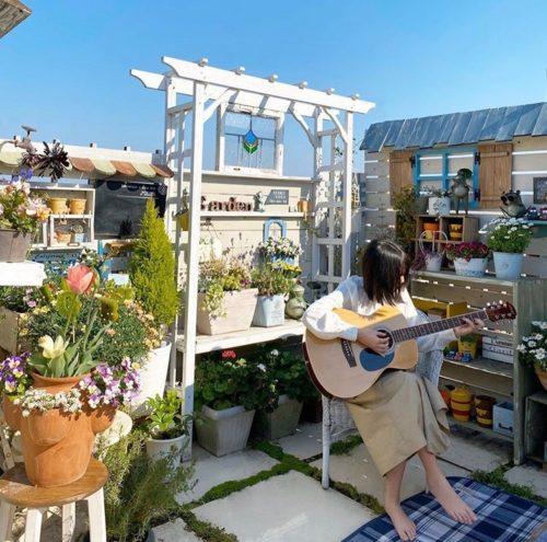 @r_6cafe  花・植物のある暮らしはベランダやバルコニーでも実現できます。身近な場所にグリーンのある空間を作ってみませんか。こちらはお花が盛りだくさんのバルコニー。DIY家具がとっても素敵ですね。