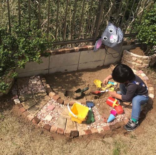 @naoao_1712  おうち時間が長い今だからこそ、自宅のお庭に砂場を作ってみませんか。  目が届く範囲で遊ばせることができるので、お子さんにもお母さんにも嬉しいアイデアですね。