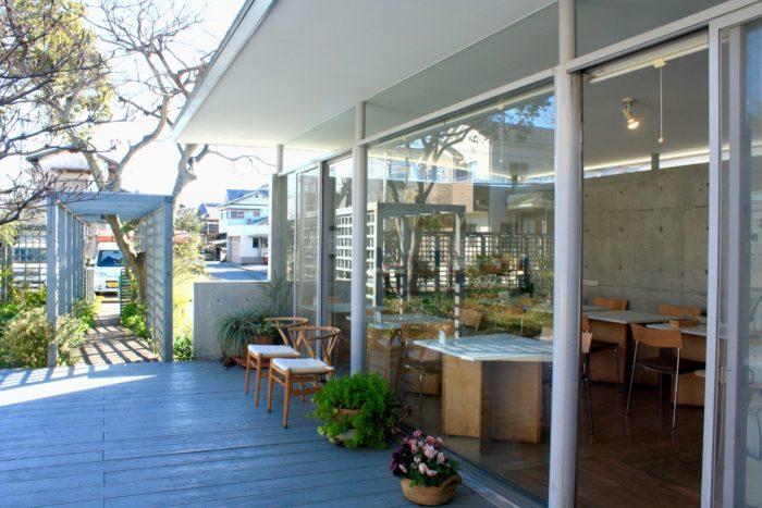 アトリエの敷地内にある茶房ファーは、ランチや喫茶メニューを楽しめます。店内の席は15席ほど。こちらもアトリエ同様、庭に面する部分はガラス張りで、食事をとりながら庭を望むことができます。常連さんや、地元以外からもたくさんのお客さんが通って来て下さいます。ランチの時間はとても混みあうので、予約していただくのがおすすめです。旬の野菜を沢山使ったランチメニューは、週替わりの気まぐれプレートランチ1300円とカレーセット800円。温かな家庭料理を週替わりで提供しています。(※ランチタイム11時30分~14時のみの提供)