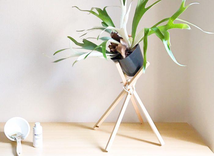 プランツスタンドに植物をおしゃれに飾りたい! どこでどんなものを買えばいいか分からない。そんな方もいるのではないでしょうか。より植物の魅力を引き立て、インテリアとしてもあなたのお部屋を彩ってくれる。そんなスタンドの作り方をご紹介します。おうちで簡単にできるプチDIYをぜひ。