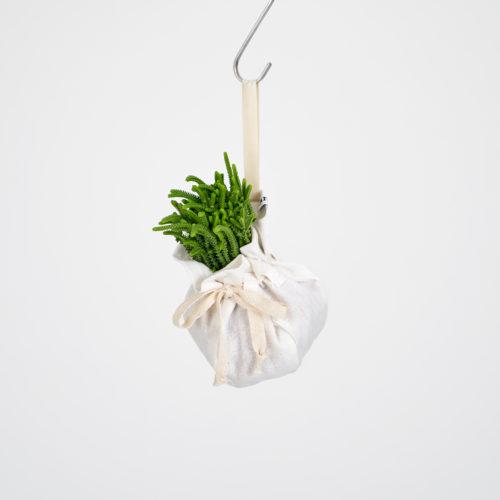 ハンギングの不安点は落ちて鉢が割れること。この布製プランターは軽量で、割れることもないので安心して飾ることができますよ♪