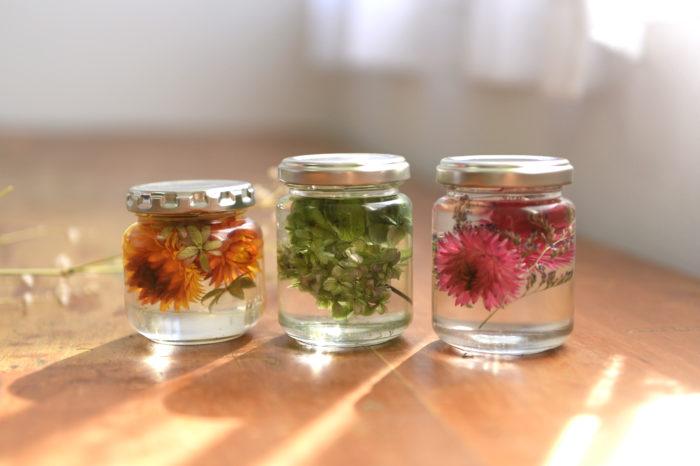 自宅にある空き瓶を活用して、意外と簡単にできちゃうハーバリウム。魅力は何といっても綺麗な色のままお手入れいらずで花を楽しめるところ。日の光に照らすと植物の葉脈が美しく輝きます。
