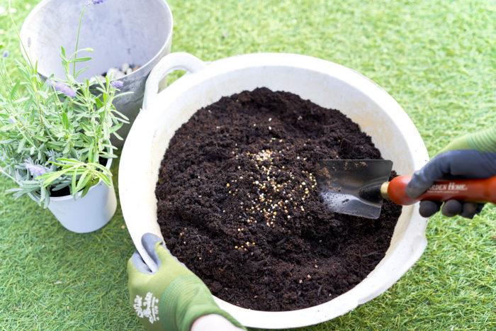 植物を植える時に土に混ぜ込んでおけば、肥料効果が1年間ずっと続きます