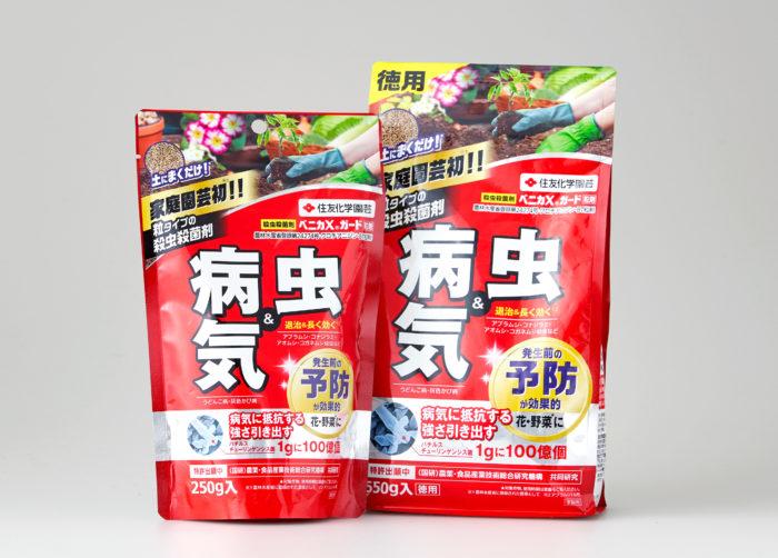 ベニカXガード粒剤は、土にまく粒タイプとして家庭園芸で初めて(※)の殺虫殺菌剤です。種まきや植え付け時に土に混ぜ込んだり、植え付け後に株元にばらまいたり、まるで肥料を与えるような手軽さで、しっかりと植物を害虫や病気から守ってくれます。