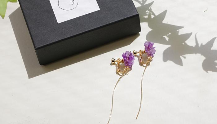 また、LOVEGREENさんのウェブサイトで掲載させていただいているアクセサリーもご好評につき今月まで販売することになりました。バラ、カーネーション、スターチスの3種は、この季節にこそ身につけたい本物のお花をあしらったアイテム。ぜひ覗いてみてくださいね!