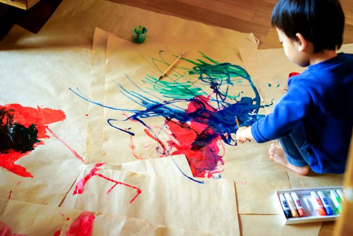 雨の日は、自宅で遊べることを見つけてあれこれ実践しています。先日は絵の具遊び、今日は工作。自分が子どもの頃に楽しかったことを思い出しながら、家にある厚紙や絵の具を使って、ママの手作り保育園を楽しんでもらおうと試行錯誤中。でも、普段は忙しくしていて、こうやって過ごすことがほとんどなかったので、私自身新鮮な感覚で毎日を過ごしています。