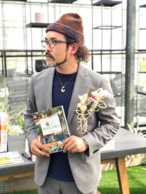 元気で活きのいい植物&マルシェオニヅカ店長 井上盛博さん 1977年広島県生まれの42歳。2001年より福岡県朝倉郡筑前町にある「元気で活きのいい植物&マルシェオニヅカ」の店長を務める。年間2,000点以上の寄せ植えを作り、世に送り出している園芸のスペシャリスト。著書、【ひとつから始めてみる植物色の毎日】絶賛発売中!