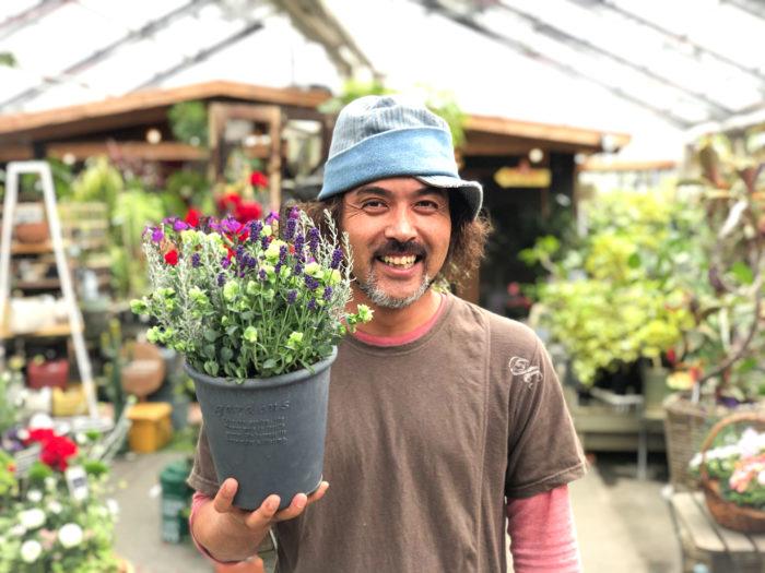 編集部:こんな時だからこそ、今回教えていただいた寄せ植えを育てて、癒されたいです。 井上さん:ペットと同じように植物やお花は命を感じることができるので、とても癒されます。見て、育てて、楽しむことができる。飾るだけでもいいので、花や植物のある暮らしを実践してほしいですね。植物たちが、助けてくれると思いますよ。 編集部:今回は本当にありがとうございました!