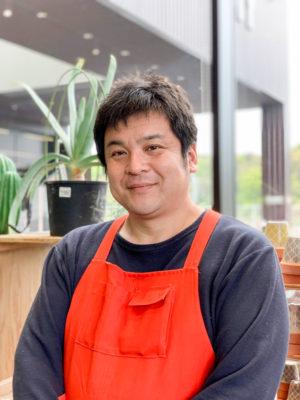 グッデイ 経営企画室 寄せ植えマイスター 國分豊さん 幼少時から園芸に興味を持ち、グッデイ店舗では園芸を20年担当。現在は園芸ワークショップの立案や講師として活動。独自に考案した寄せ植え技術は社内外からの評価が高く、NHK出版趣味の園芸による「みんなの園芸コンテスト」では、最優秀賞、優秀賞を連続受賞。昨年開催「世界フラワーガーデニングショー」のテラスガーデン部門で最優秀賞受賞。
