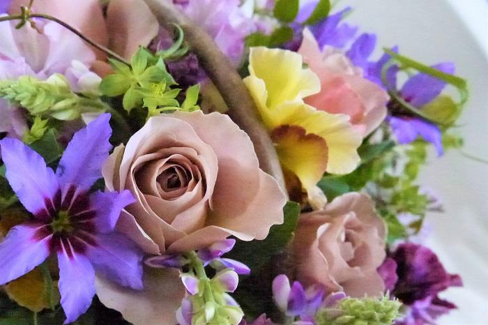 バラを育てていて何よりの魅力は花と香りです。バラの花がたくさん咲いたら、摘んで花瓶に飾ったり、ドライフラワーやポプリにしたりと香りも楽しみましょう。