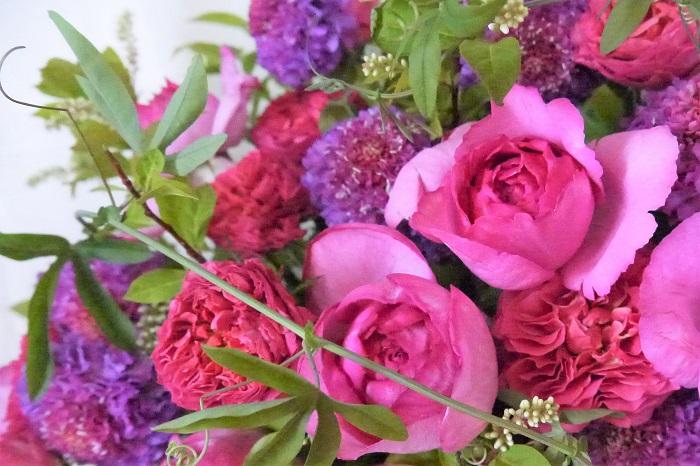 バラの魅力は花だけじゃなく育てる楽しさにもあります。  一生懸命手入れをしたバラが開花した時の喜びはひとしおです。バラのある暮らしを始めてみませんか。