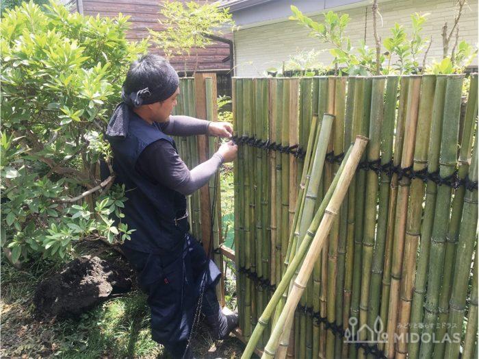 土地の形状に合わせて1本1本組み合わせていく職人技無しには竹垣は完成しないのですが、そんな職人さんの手際の良さにお客様からたびたび感動の声をいただいています。