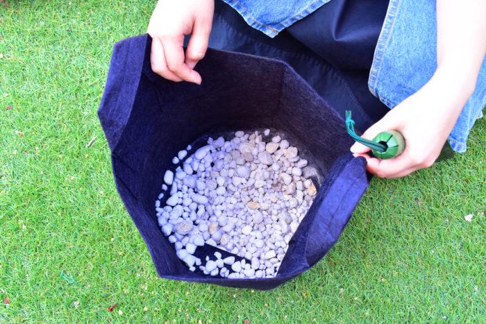 その間にプランターに鉢底石を入れます。鉢底石を入れることで、水はけを良くして根腐れを予防します。プランターはトマトが生長することを考えて幅、深さともに30㎝程度のものがおすすめ。