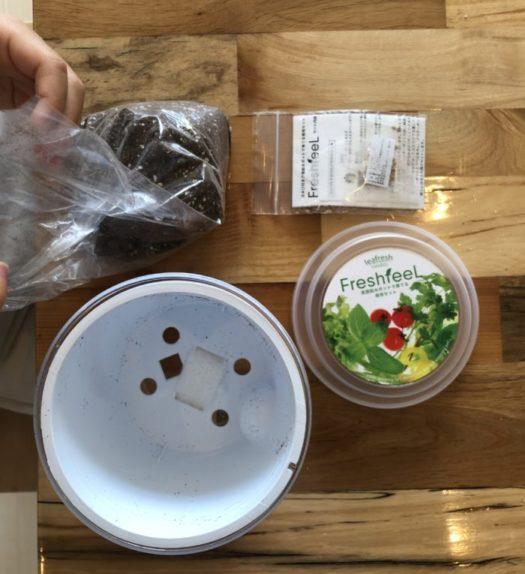 内容物はコチラになります。栽培容器と、土、種、底面シート、追肥、説明書などが入っていました。