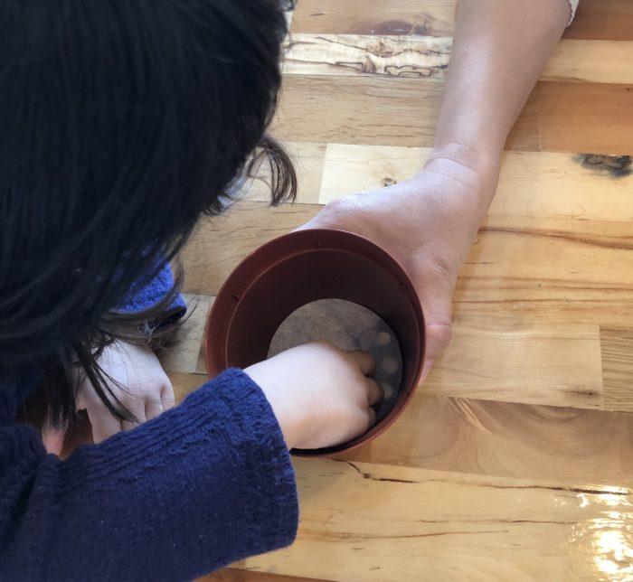 まずは、鉢底シートをセットします。もうこの作業もすっかり慣れた様子で手際がよくなっていました。