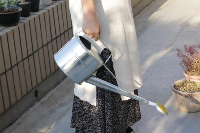 プラスチックに負けず劣らずなその軽さ! 軽いと嬉しい理由は、水をたっぷり入れても重さが負担になりすぎないということ。