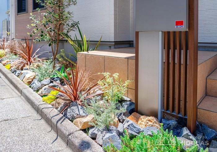 ゴロタ石を使ったロックガーデンで、スタイリッシュなお庭