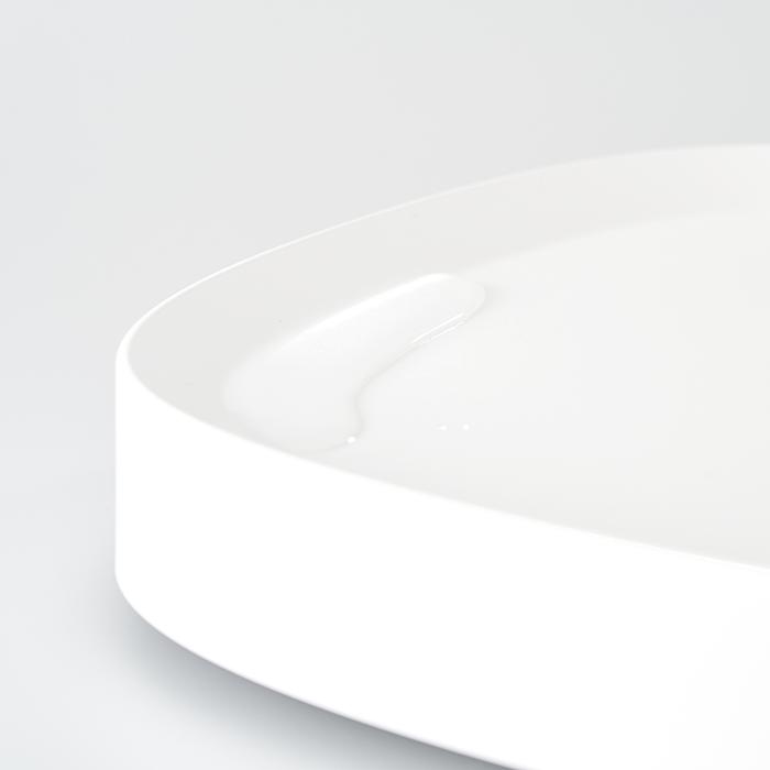 縁の立ち上がりが、鉢底から出た水もしっかりキャッチ。