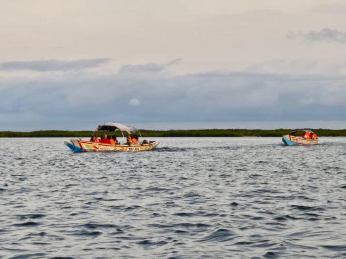 心地よい緩やかな風を受けながら静かな海を進む。何とも爽快な気分である。時折、すれ違う他のボートに手を振って軽く挨拶を交わしたりしながら、滑るように進んでいく。まるでこの地をリゾートで訪れたかのように錯覚しそうである。