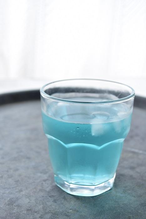 バタフライピーのハーブティーは、レモンやライムなどのしぼり汁を数滴たらすと、青からピンクに変化します。