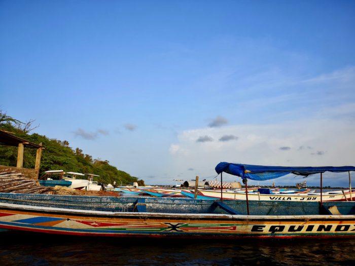 夕方、今回セネガルでの拠点としている宿泊地から少し離れた小さな港に到着。ここで車を預け、足早にボートに乗り込み小島へと向かう。船で渡ると聞いていたので、ある程度大きな船かと思いきや、想像とは違ったボートに少し驚いたが、スリリングな感じもしてワクワク感いっぱいで乗り込んだ。