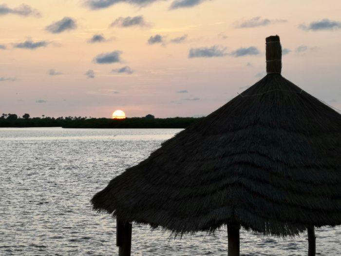 そして、太陽が早く沈むように感じる時間帯を海上で眺めながら、気がつけば小島の船着き場へと到着。