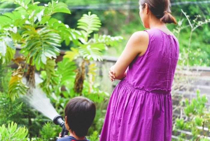 """雨が続いたり、蒸し暑かったり、ここのところの毎日は、""""初夏""""から""""真夏""""へと季節が移ろっていく頃。鎌倉暮らしを楽しんでいる我が家も、雨上がりに草がぐんと伸びて、たくさんの虫が飛び交い、賑やかになってきました。  ダンゴムシ、蝶、ムカデ、ヤスデ、クモ、アリ、ナメクジ。庭にでると名前のよくわからない虫たちも毎日たくさん登場するので、「ぎゃー苦手ー!」とは言っていられなくなってきました。春先にしっかり整えたはずの庭もジャングルのように草花が色んな方向に伸びてきて、すっかりカオスの庭になっています。"""